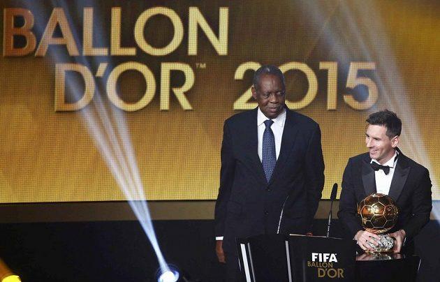 Argentinec Lionel Messi přebírá Zlatý míč FIFA od Issy Hayatoua (vlevo).