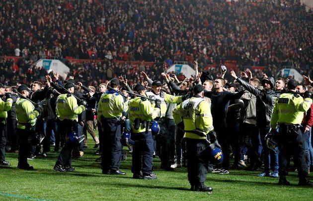 Policie musela na trávníku zkrotit vášnivé fanoušky Bristolu.