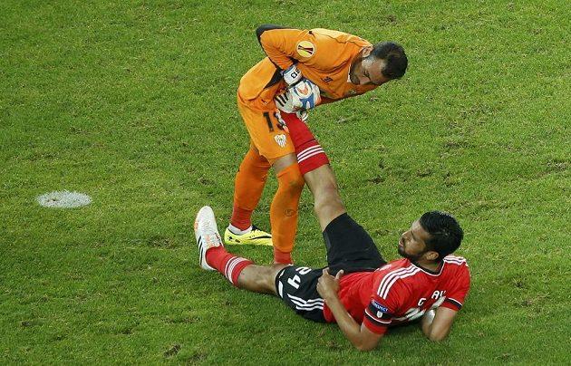 Brankář Sevilly Beto pomáhá Ezequielu Garayovi z Benfiky.