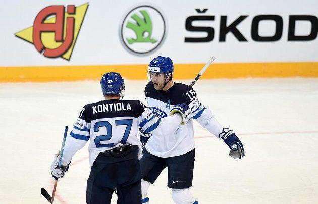 Finové Tuomo Ruutu a Petri Kontiola oslavují gól na 1:1 během čtvrtfinále s Českem.