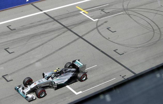 Brit Lewis Hamilton ze stáje Mercedes odstartuje do Velké ceny Rakouska až z deváté pozice.