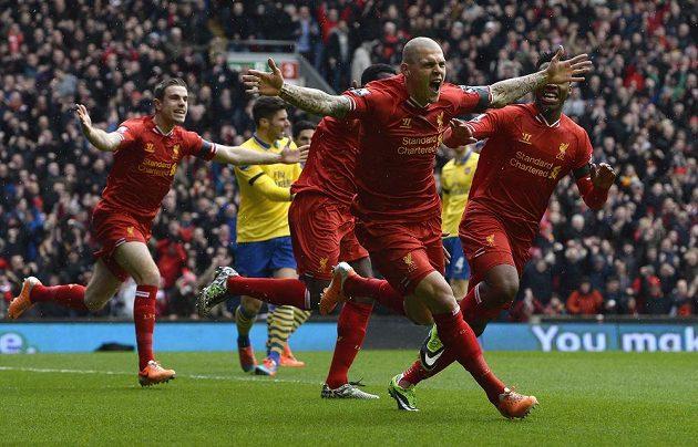 Obránce Liverpoolu Martin Škrtel (uprostřed) oslavuje svou první branku proti Arsenalu.