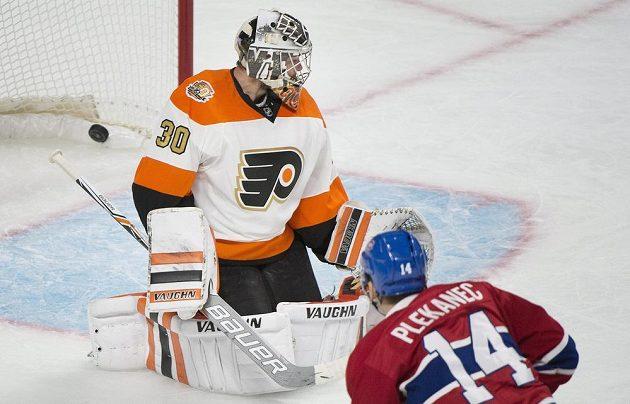 Tomáš Plekanec (14) z Montrealu prostřelil Michala Neuvirtha (30) v bráně Philadelphie a připsal si svůj první gól v sezóně NHL.