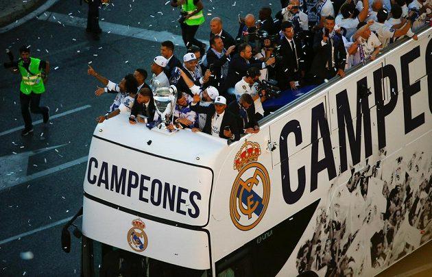 Fotbalisté Realu Madrid po vítězství ve finále Ligy mistrů přijeli oslavit trofej se svými fanoušky na náměstí Cibeles v Madridu.