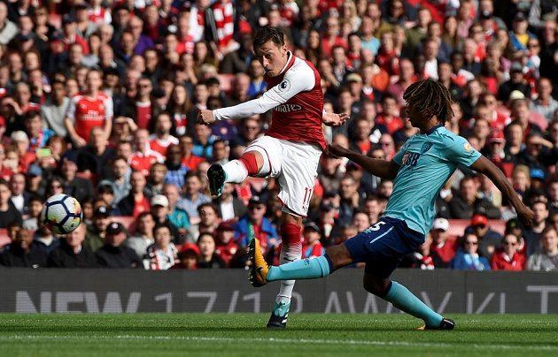 Mesut Özil z Arsenalu pálí na branku Bournemouthu.