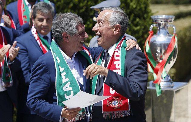 Portugalský prezident Marcelo Rebelo de Sousa (vpravo) a trenér mistrů Evropy Fernando Santos.