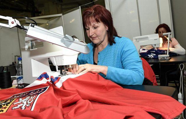 Švadleny upravují dresy české hokejové reprezentace v pražské O2 areně před nadcházejícím MS v ledním hokeji.