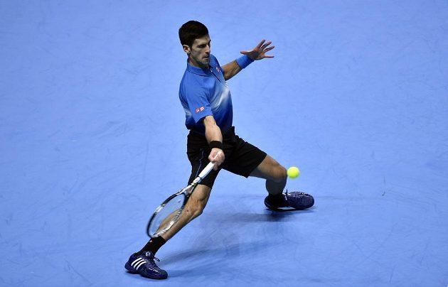 Světová jednička Novak Djokovič v úvodním zápase na Turnaji mistrů.