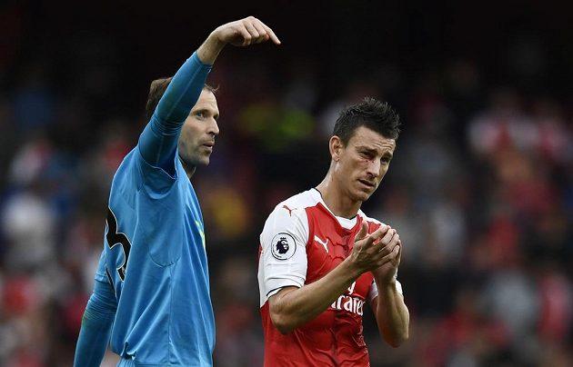 Petr Čech (vlevo) a Laurent Koscielny se radují z výhry Arsenalu nad Southamptonem.