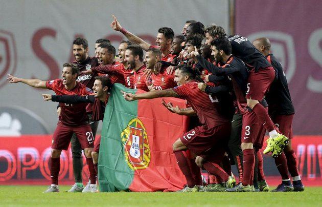 Fotbalisté Portugalska oslavují postup na mistrovství Evropy.