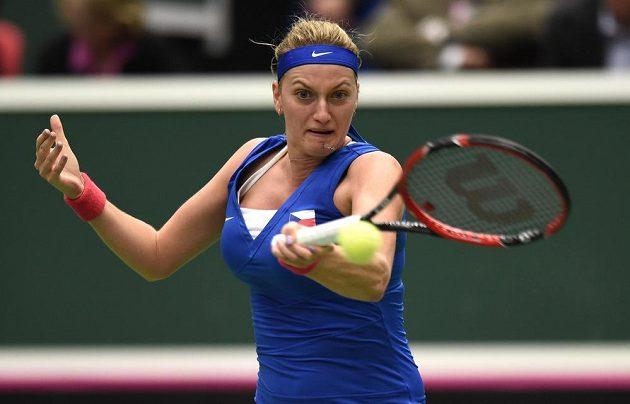 Česká tenistka Petra Kvitová během utkání s Caroline Garciaovou z Francie v semifinále Fed Cupu.