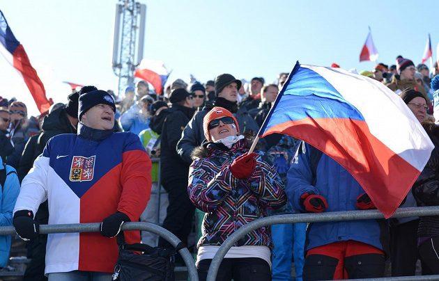 Fanoušci během sprintu, na druhý den SP v Novém Městě dorazilo 33 000 diváků.