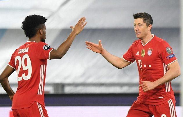 Kanonýr Bayernu Mnichov Robert Lewandowski slaví svůj gól v osmifinále fotbalové Ligy mistrů. Gratuluje mu Kingsley Coman.