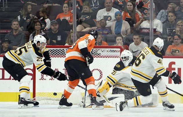 Útočník Bostonu David Krejčí byl na ledě ve chvíli, kdy skóroval Sean Couturier z Philadelphie Flyers v přípravném utkání na nový ročník NHL.
