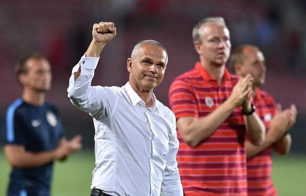 Sparťanský trenér Vítězslav Lavička (v bílé košili) se raduje z vítězství nad Tallinnem.