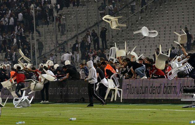 Fanoušci Besiktase Istanbul vtrhli na hrací plochu.