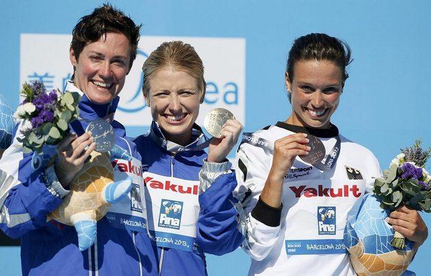 Trojice nejlepších závodnic skoků z extrémní výšky 20 metrů - zleva Američanka Huberová, vítězka Carltonová rovněž z USA a Němka Baderová.