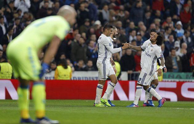 Záložník Realu Casemiro (vlevo) přijímá po gólu gratulace od svých spoluhráčů.