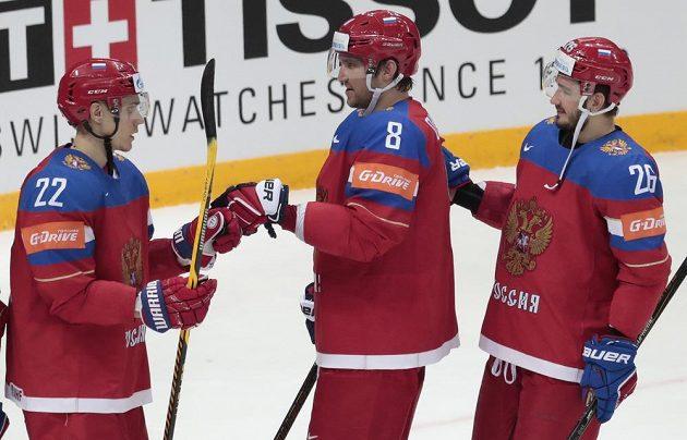 Zleva Nikita Zajcev, Alexandr Ovečkin, Vjačeslav Vojnov slaví třígólové vítězství nad Norskem.