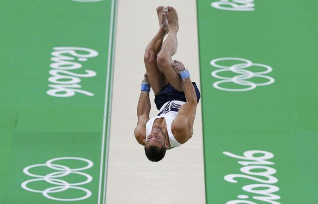 Francouzský gymnasta Samir Ait Said při přeskoku, který pro něj skončil hrozivým zraněním.