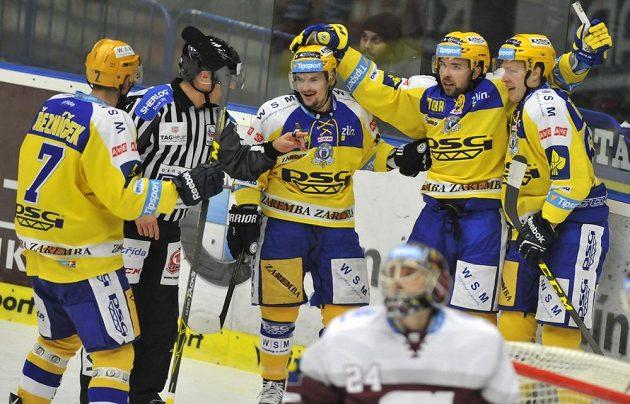 Zlínští hokejisté (zleva) Dalibor Řezníček, Petr Holík, Roberts Bukarts a Robert Říčka se radují z gólu.