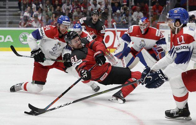 Bitva o finále MS. Mark Stone z Kanady, Michal Moravčík a Radek Faksa v souboji.