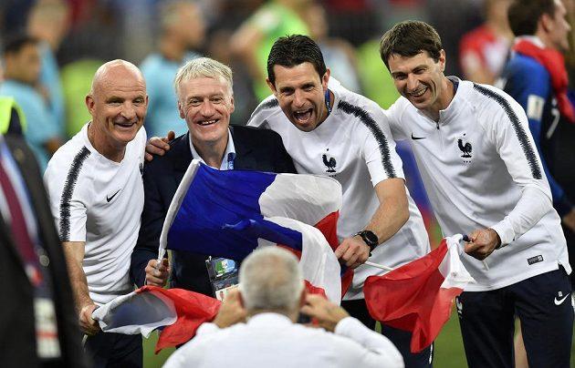 Trenér Francie Didier Deschamps (druhý zleva) se svým realizačním týmem.