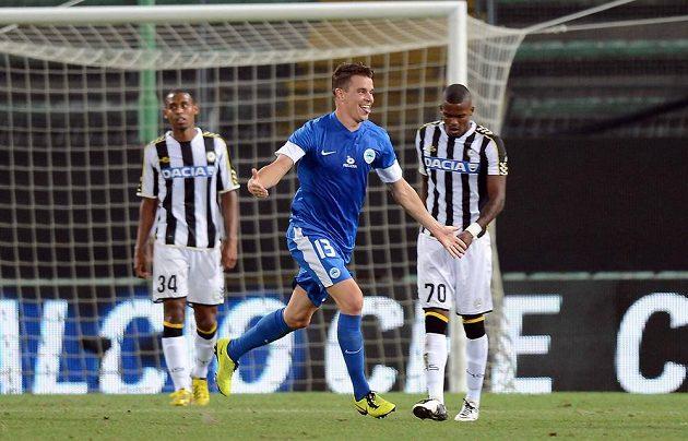 Liberecký obránce Ondřej Kušnír (v modrém dresu) se raduje ze vstřelení branky do sítě Udine v úvodním utkání play off Evropské ligy.