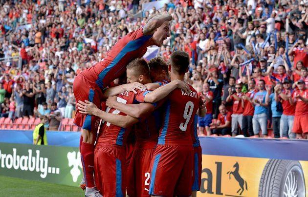 Fotbalisté Česka oslavují gól na 1:0 v utkání s Dánskem v Praze.
