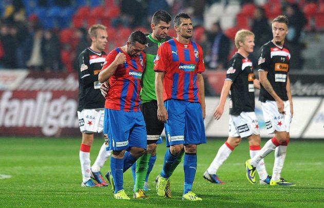 Hráči Viktorie Plzeň Pavel Horváth (druhý zleva), Matúš Kozáčik a Marián Čišovský po utkání se Slavií.