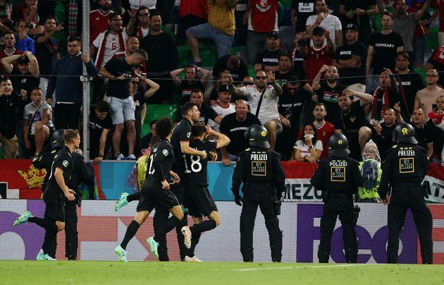 Německá radost před maďarskými fanoušky.