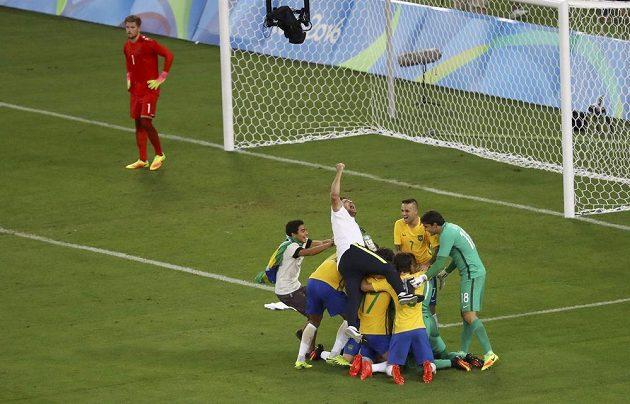 Brazilci oslavují. Německý gólman Timo Horn (vlevo) nestačil na Neymarovu ránu při rozstřelu.