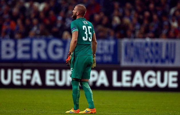 Brankář Sparty David Bičík po inkasovaném gólu na půdě Schalke 04.