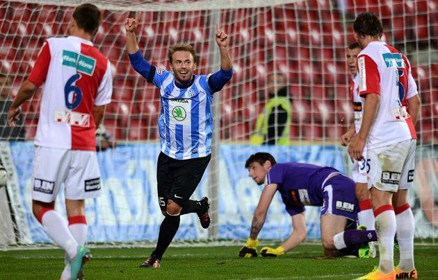 Záložník Mladé Boleslavi Jan Štohanzl oslavuje vedoucí gól utkání 8. kola Gambrinus ligy proti Slavii.