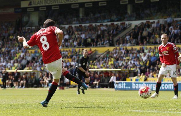 Záložník Manchesteru United Juan Mata střílí gól do sítě Norwiche.