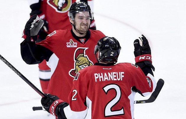 Dion Phaneuf dovedl hokejisty Ottawy k prvnímu vítězství v sérii s Bostonem.