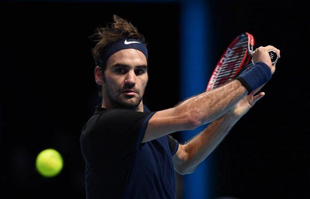 Roger Federer sleduje míček ve finále Turnaje mistrů proti Novaku Djokovičovi.