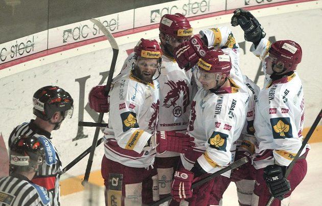 Třinečtí hokejisté se radují z gólu proti Vítkovicím, který vstřelil útočník Martin Růžička (zcela vlevo).