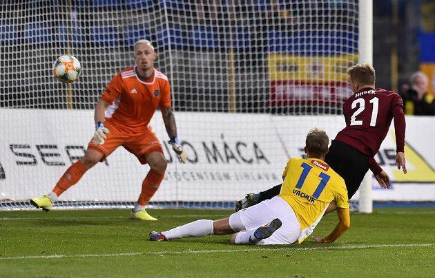 Zleva brankář Jihlavy Vlastimil Veselý, jeho spoluhráč Lukáš Vaculík a Martin Hašek ze Sparty, který střílí vítězný gól.
