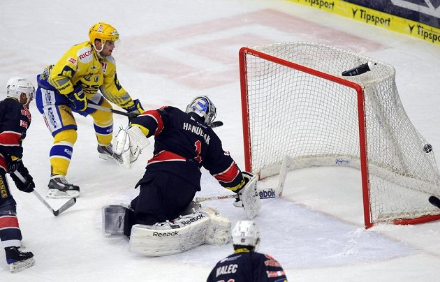 Útočník Antonín Honejsek střílí druhý gól Zlína v utkání proti Chomutovu.