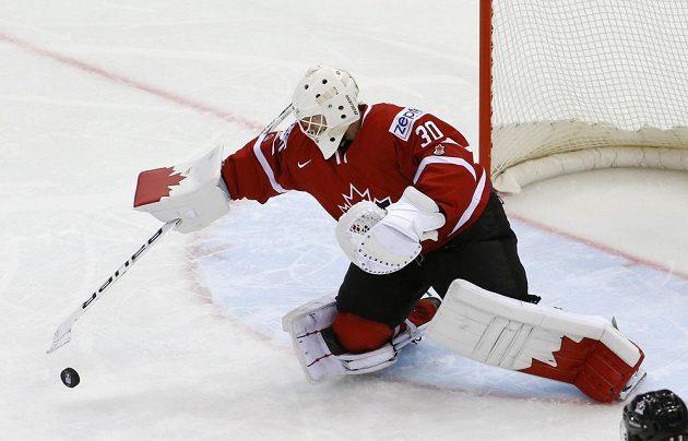 Kanadský brankář Ben Scrivens zasahuje ve čtvrtfinále proti Finsku.