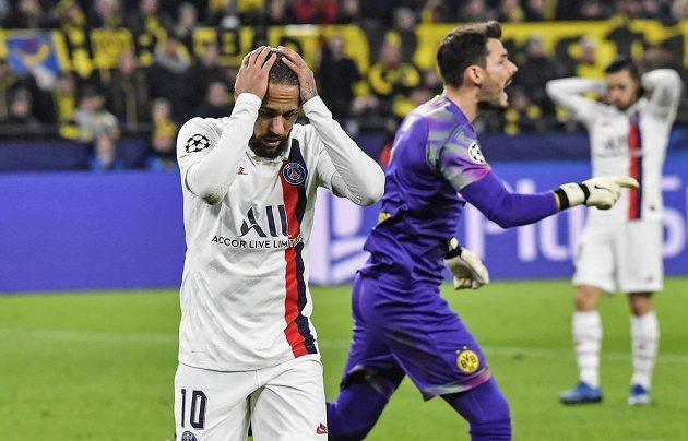 Zklamaný Brazilec Neymar se pustil do vedení PSG.
