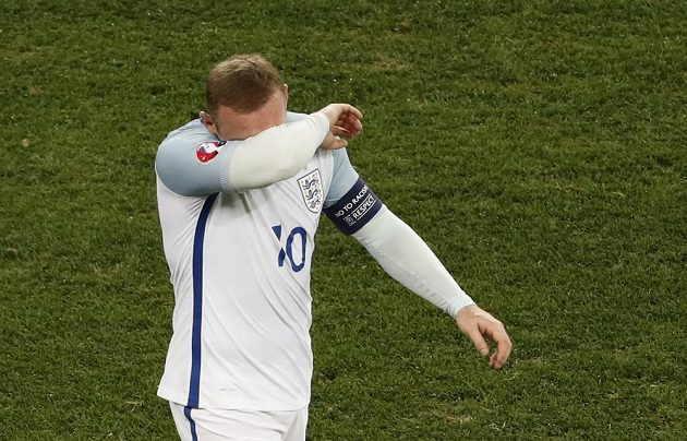 Gesto zmaru kapitána Anglie Wayna Rooneyho.