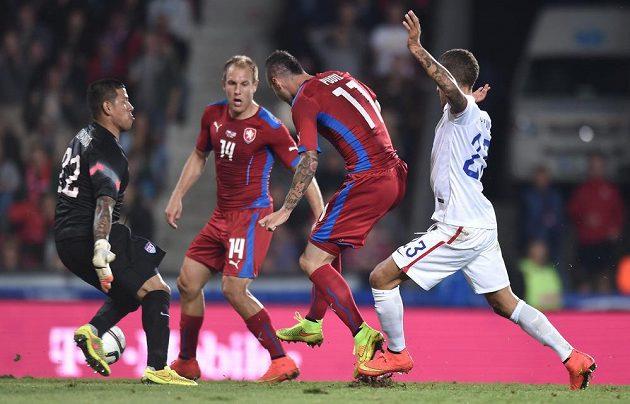 Český záložník Daniel Pudil (druhý zprava) se snaží překonat amerického brankáře Brada Guzana.