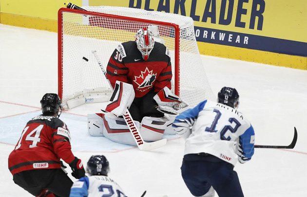 Fin Marko Anttila překonává kanadského gólmana Matta Murrayho ve finále MS.