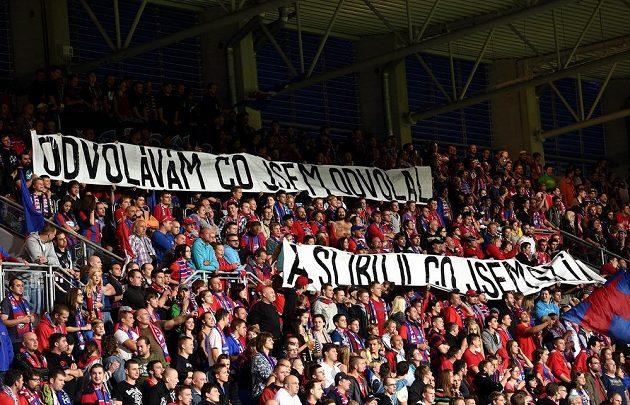 Fanoušci Viktorie Plzeň se na duel s Hradcem vybavili transparenty, kterými reagovali na nedávné odvolání trenéra Uhrina.