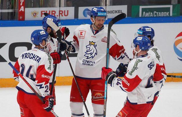 Čeští hokejisté oslavují jeden ze svých gólů proti Rusku.