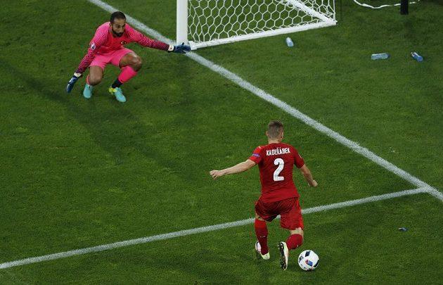 Pavel Kadeřábek v šanci, ale tureckého gólmana Volkana Babacana nepřekonal.