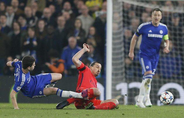 Zlatan Ibrahimovic (uprostřed) při skluzu zasáhl Oscara (vlevo) z Chelsea a byl vyloučen.