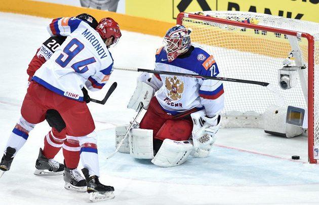 Ruský brankář Sergej Bobrovskij inkasuje gól z hole Kanaďana Codyho Eakina.